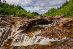Kleiner Wasserfall auf Fluss Orchy Lizenzfreie Stockbilder