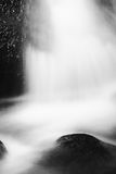 Kleiner Wasserfall auf kleinem Gebirgsstrom, moosiger Sandsteinblock Klares kaltes Wasser ist die Eile, die unten in kleines Pool Lizenzfreie Stockbilder