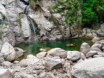 Kleiner Wasserfall auf schönem Felsen stockbilder