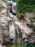 Kleiner Wasserfall auf schönem Felsen stockfotos