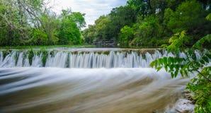 Kleiner Wasserfall auf Stier-Nebenfluss Austin Texas stockbild