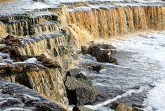 Kleiner Wasserfall auf Tosna-Fluss Stockbild