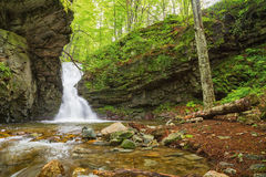 Kleiner Wasserfall in Balkan-Bergen Lizenzfreies Stockbild
