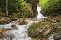 Kleiner Wasserfall in Balkan-Bergen Lizenzfreie Stockfotos