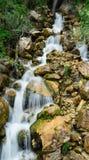 Kleiner Wasserfall in den Bergen Stockfotos