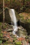 Kleiner Wasserfall in den Felsen lizenzfreie stockfotos