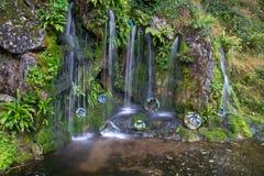 Kleiner Wasserfall an den Gärten des Geschwätzschlosses Lizenzfreies Stockbild