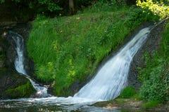 Kleiner Wasserfall in der Natur Stockbild