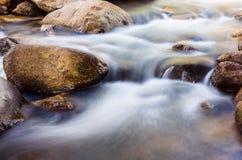 Kleiner Wasserfall der Natur mit Felsen Lizenzfreies Stockbild