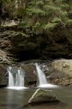 Kleiner Wasserfall Divochi Sliozy in Yaremche, Ukraine Lizenzfreie Stockfotos