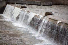 Kleiner Wasserfall in einem Entwässerungsgraben Stockfoto