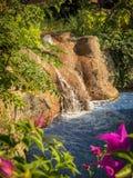 Kleiner Wasserfall in einem Park stockbild