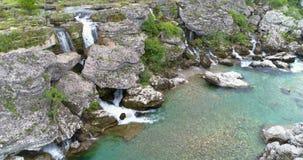 Kleiner Wasserfall fällt in den Fluss Cijevna-Fälle montenegro stock video footage