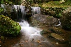 Kleiner Wasserfall im Fluss stockfotografie