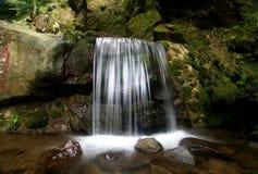 Kleiner Wasserfall im Fluss stockfoto