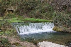 Kleiner Wasserfall im Fluss Palancia Stockfotografie