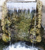 Kleiner Wasserfall im Park Transparentes fallendes Wasser klares wa Lizenzfreies Stockfoto