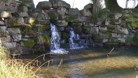 Kleiner Wasserfall, im See in Foerch, im Liebling Schloss des allgemeinen Parks stockbild