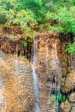 Kleiner Wasserfall im Wald Stockfotografie