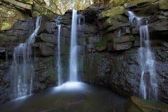 Kleiner Wasserfall im Wald Lizenzfreie Stockbilder