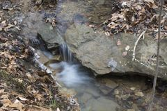 Kleiner Wasserfall im Waldstrom lizenzfreies stockfoto