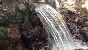 Kleiner Wasserfall mit Audio des fließenden Wassers stock footage