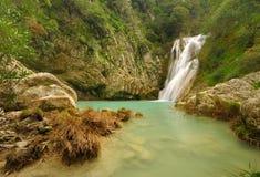Kleiner Wasserfall in Polilimnio, Griechenland stockfotografie