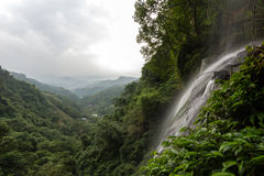 Kleiner Wasserfall und Ansicht über üppigen Wald in Taipeh Lizenzfreie Stockbilder