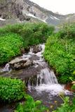 Kleiner Wasserfall und Berg. lizenzfreie stockbilder