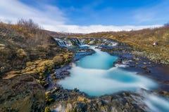 Kleiner Wasserfall versteckt im Dschungel in Island Stockfotos