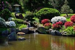 Kleiner Wasserfallbrunnen im asiatischen japanischen Garten lizenzfreie stockbilder