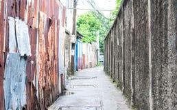 Kleiner Weg in eine Gasse in Bangkok, Thailand, linke Seite ist Rost stockfoto