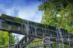 Kleiner Wehrwasserfall in einem allgemeinen Park Lizenzfreies Stockfoto