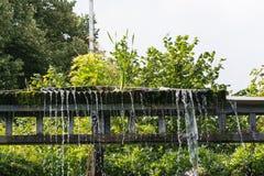 Kleiner Wehrwasserfall in einem allgemeinen Park Lizenzfreie Stockfotografie