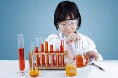 Kleiner weiblicher Wissenschaftler, der Tests durchführt lizenzfreie stockbilder