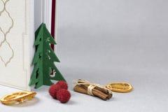 Kleiner Weihnachtsbaum, Buch und getrocknete Orangen lizenzfreie stockfotografie