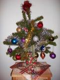 Kleiner Weihnachtsbaum in einem Topf mit Weihnachtsbällen lizenzfreie stockfotos