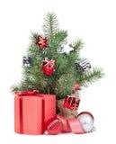 Kleiner Weihnachtsbaum mit Dekor und Geschenkbox Lizenzfreie Stockfotos