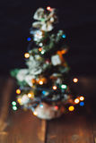Kleiner Weihnachtsbaum unscharf auf dem Tisch Stockfotos