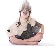 Kleiner Wikinger sitzt stockfoto