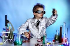 Kleiner Wissenschaftler stockfoto