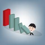 Kleiner Ziegelstein des Geschäftsmann-Stoßes, zum des großen Blockes, kleine Aktion zu zerstören zum großen Auswirkungsdominokonz Lizenzfreies Stockfoto