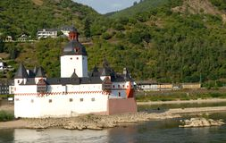 Kleines aber kompaktes Schloss von zwei Farben mitten in dem Rhein in Deutschland Lizenzfreie Stockfotos