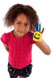 Kleines afrikanisches asiatisches Mädchen mit den gemalten Händen Stockfotos