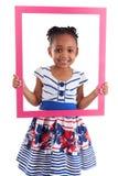 Kleines afrikanisches Mädchen, das einen Bilderrahmen anhält Lizenzfreie Stockfotos