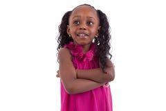 Kleines Afroamerikanermädchen mit den gefalteten Armen - schwarze Menschen lizenzfreie stockfotografie