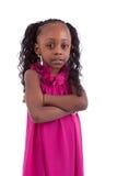Kleines Afroamerikanermädchen mit den gefalteten Armen - schwarze Menschen Stockfotografie