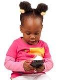 Kleines Afroamerikanermädchen mit Handy Lizenzfreie Stockbilder