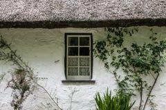Kleines altes Häuschen-Fenster Lizenzfreie Stockfotos