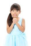 Kleines asiatisches betendes Mädchen Stockfoto